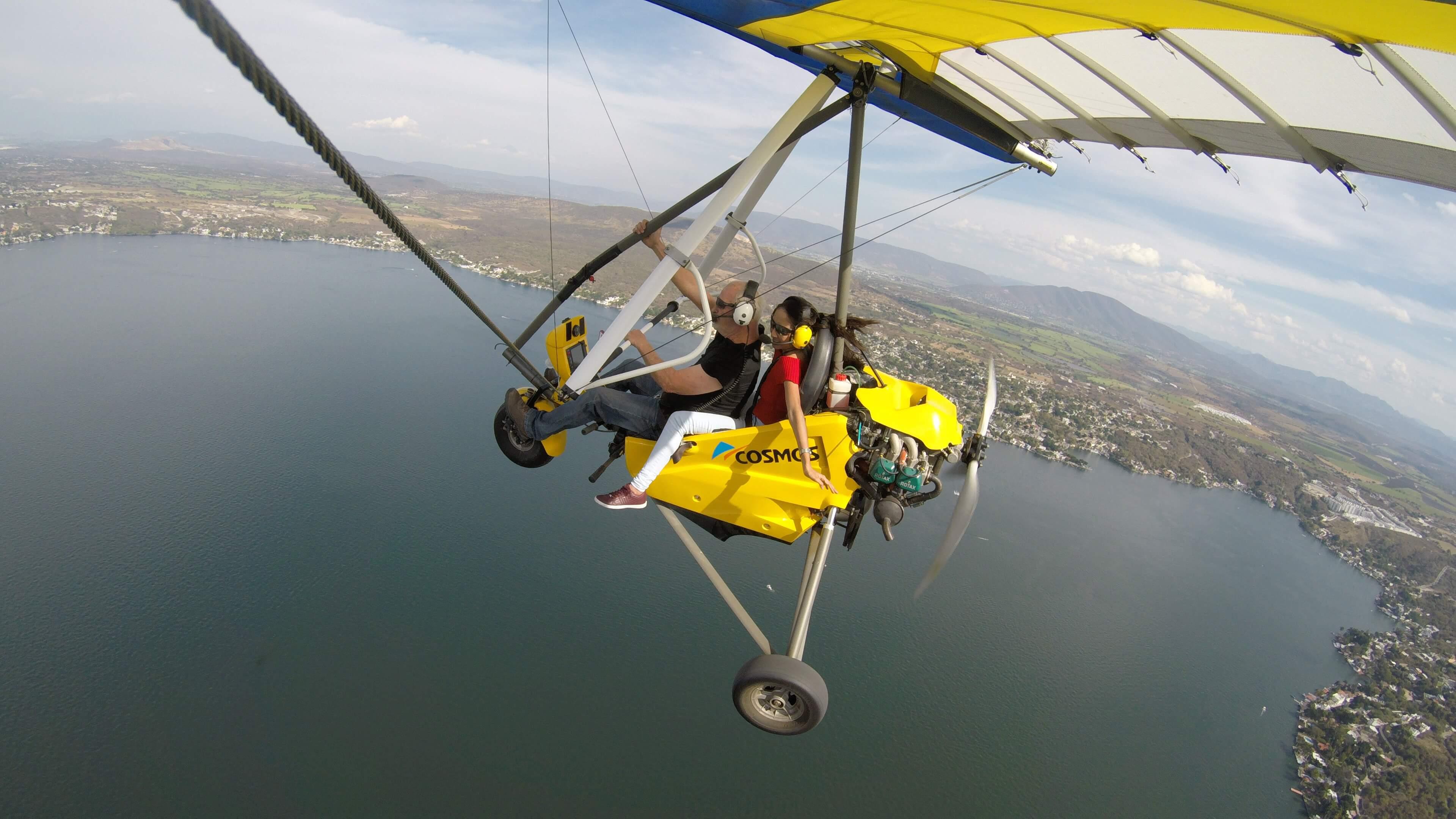 Visitantes sobrevolando el lago de Tequesquitengo